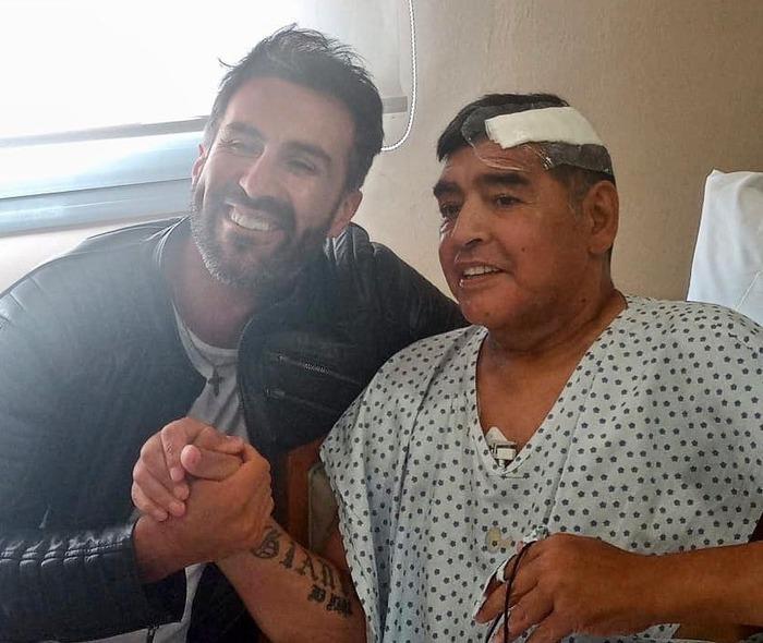 """Bác sĩ riêng phải xin lỗi gia đình Maradona vì đăng ảnh chụp chung với """"Cậu bé vàng"""" - Ảnh 1."""