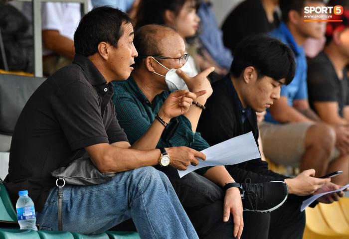 Tân binh của ĐTQG nhạt nhòa trong ngày HLV Park Hang-seo dự khán giải U21 Quốc gia - Ảnh 2.