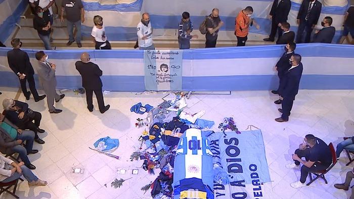 Dòng người Argentina xuống đường ở Buenos Aires viếng Diego Maradona - Ảnh 1.