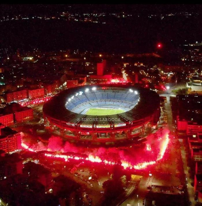 Pháo sáng rực đỏ ở cúp châu Âu tưởng nhớ Maradona - Ảnh 1.