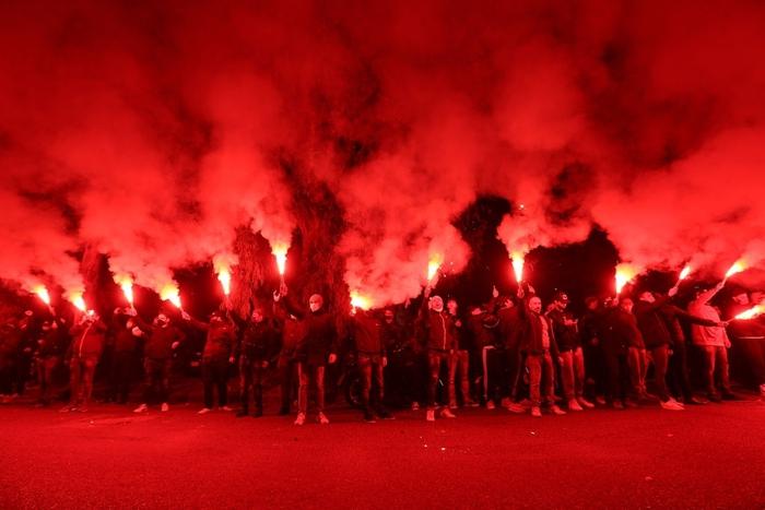 Pháo sáng rực đỏ ở cúp châu Âu tưởng nhớ Maradona - Ảnh 3.