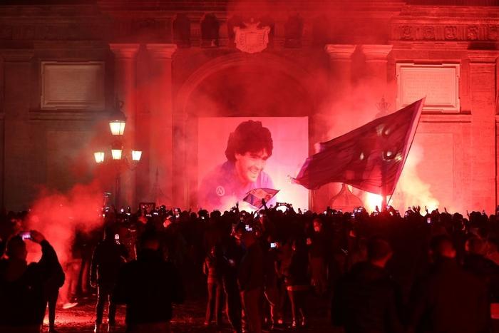 Pháo sáng rực đỏ ở cúp châu Âu tưởng nhớ Maradona - Ảnh 2.