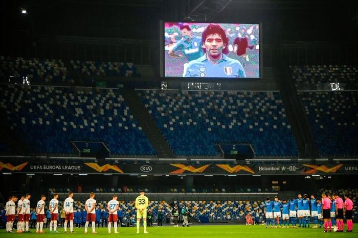 Pháo sáng rực đỏ ở cúp châu Âu tưởng nhớ Maradona - Ảnh 6.
