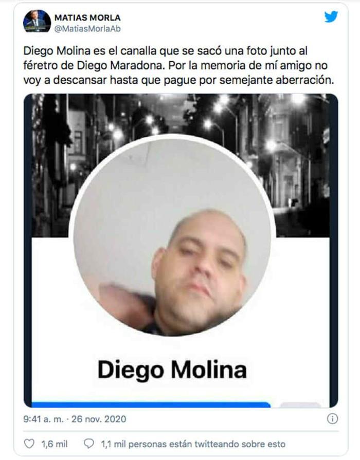 Nhân viên tang lễ chụp ảnh bất kính đặt tay lên đầu Maradona - Ảnh 3.