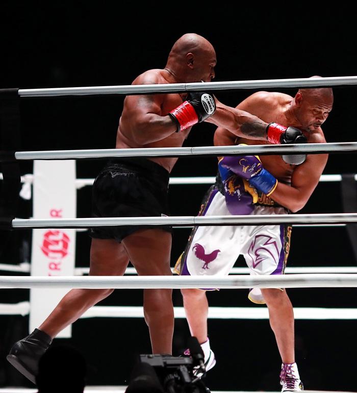 Sốc: Mike Tyson vs Roy Jones Jr có lượt mua PPV cao hơn Tyson Fury vs Deontay Wilder - Ảnh 1.