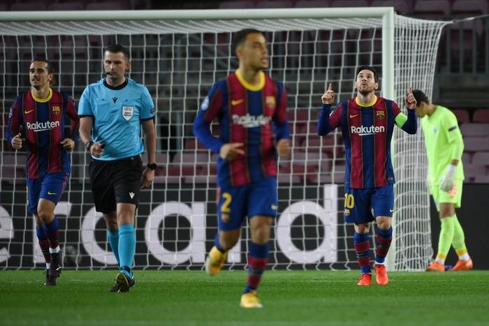 Messi lập kỷ lục trên chấm penalty, Barca nhọc nhằn giành 3 điểm - Ảnh 3.