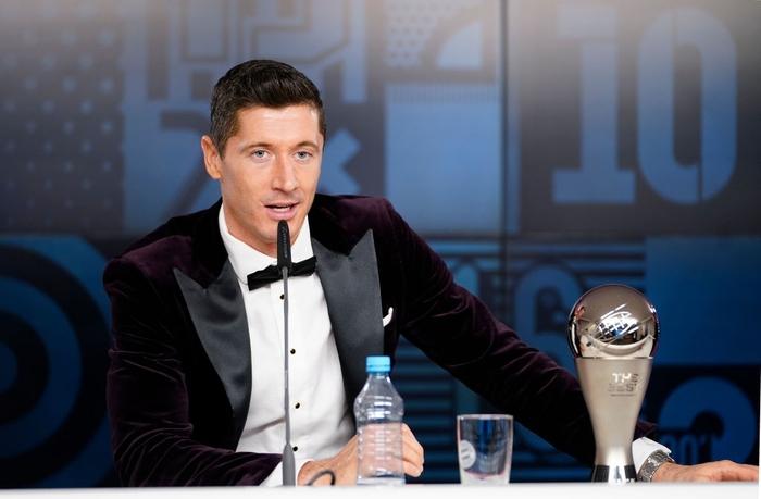 Ronaldo và Messi làm nền cho Lewandowski tại lễ trao giải Cầu thủ xuất sắc nhất thế giới - Ảnh 7.