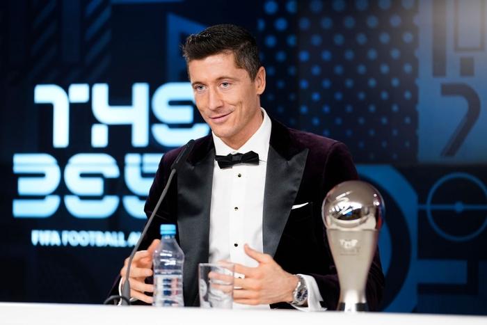 Ronaldo và Messi làm nền cho Lewandowski tại lễ trao giải Cầu thủ xuất sắc nhất thế giới - Ảnh 8.