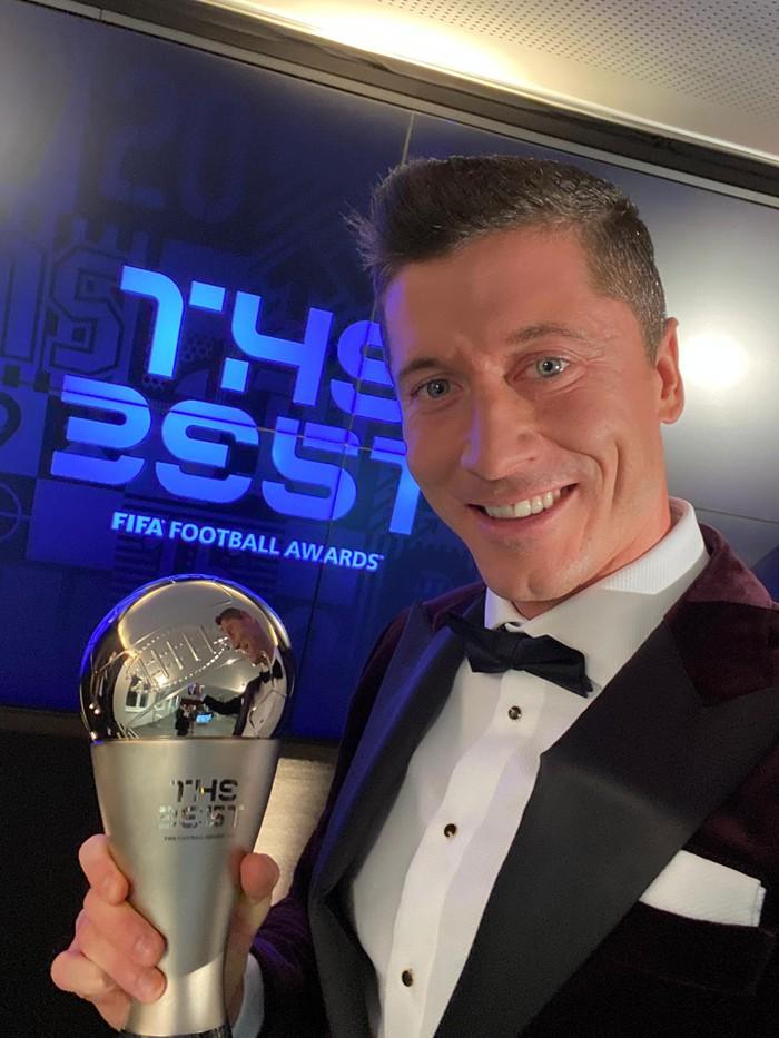 Ronaldo và Messi làm nền cho Lewandowski tại lễ trao giải Cầu thủ xuất sắc nhất thế giới - Ảnh 2.