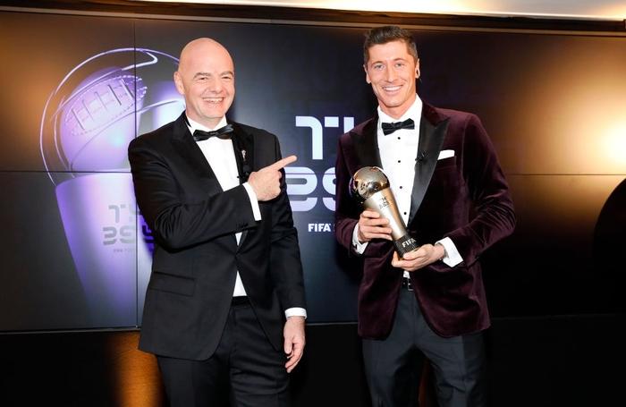 Ronaldo và Messi làm nền cho Lewandowski tại lễ trao giải Cầu thủ xuất sắc nhất thế giới - Ảnh 1.