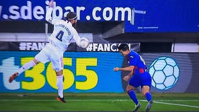 HLV Eibar phẫn nộ sau khi VAR bỏ qua quả phạt đền của Real Madrid - Ảnh 2.