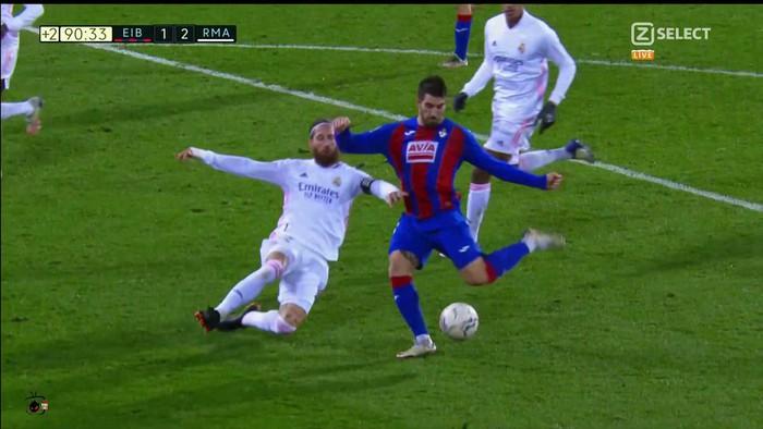 HLV Eibar phẫn nộ sau khi VAR bỏ qua quả phạt đền của Real Madrid - Ảnh 3.
