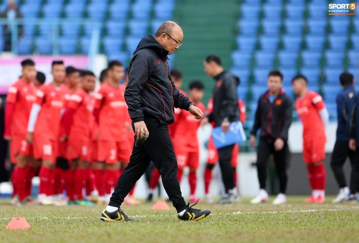 HLV Park Hang-seo phàn nàn khi phát hiện ổ gà ở sân đấu của tuyển Việt Nam - Ảnh 2.