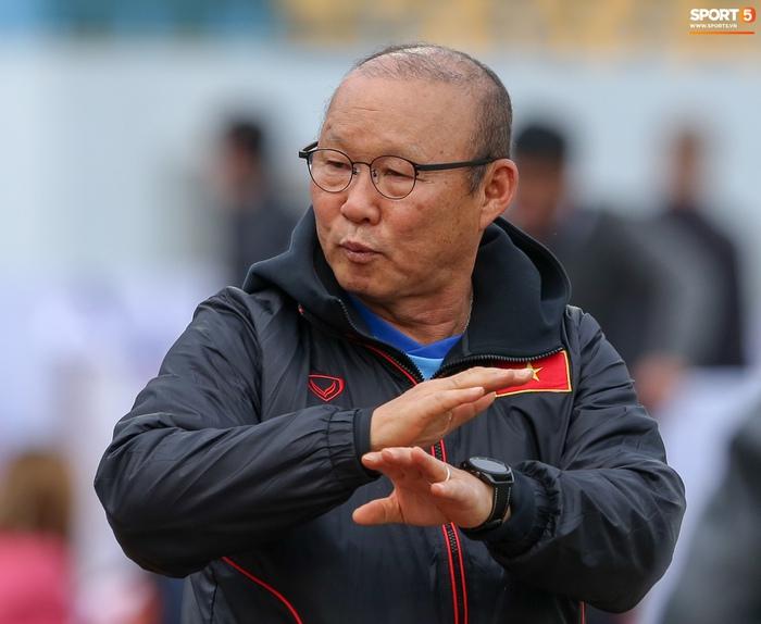 HLV Park Hang-seo phàn nàn khi phát hiện ổ gà ở sân đấu của tuyển Việt Nam - Ảnh 5.