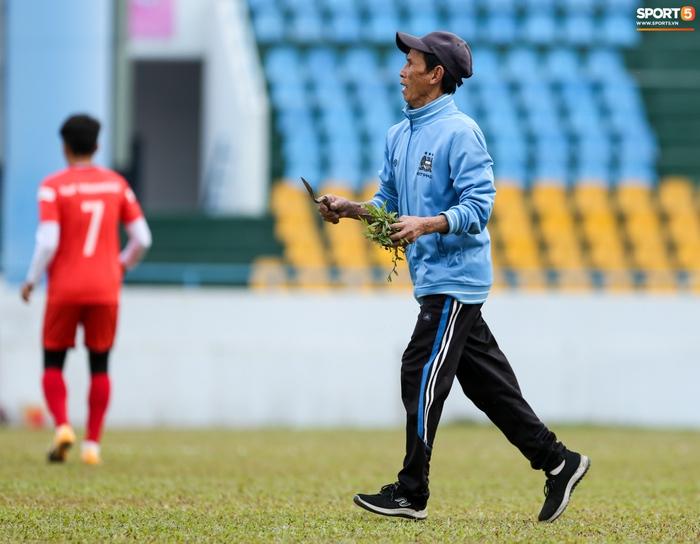 HLV Park Hang-seo phàn nàn khi phát hiện ổ gà ở sân đấu của tuyển Việt Nam - Ảnh 6.