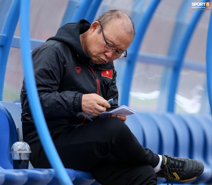 HLV Park Hang-seo phàn nàn khi phát hiện ổ gà ở sân đấu của tuyển Việt Nam - Ảnh 8.