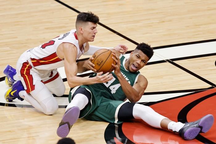 Double double kỳ lạ của Tyler Herro và Bam Adebayo giúp Miami Heat thắng trận đấu cuối cùng của 2020 - Ảnh 2.
