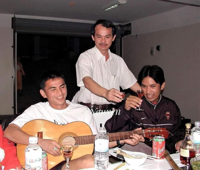 Phóng viên Thái Lan kể chuyện bầu Đức dạy Kiatisuk uống rượu kiểu Việt Nam - Ảnh 1.