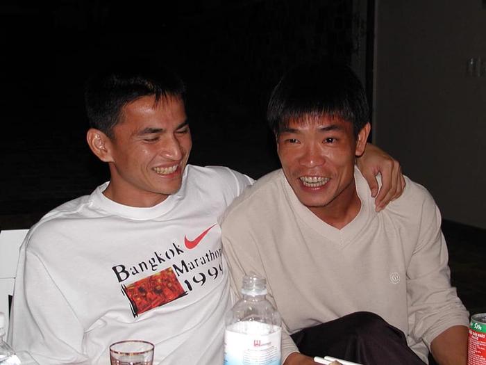 Phóng viên Thái Lan kể chuyện bầu Đức dạy Kiatisuk uống rượu kiểu Việt Nam - Ảnh 2.