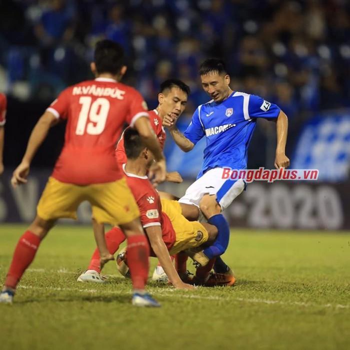 """Báo Thái chú ý đến chấn thương kinh hoàng của Hải Huy, """"cạnh khóe"""" y tế tại V.League yếu kém khi sơ cứu   - Ảnh 1."""