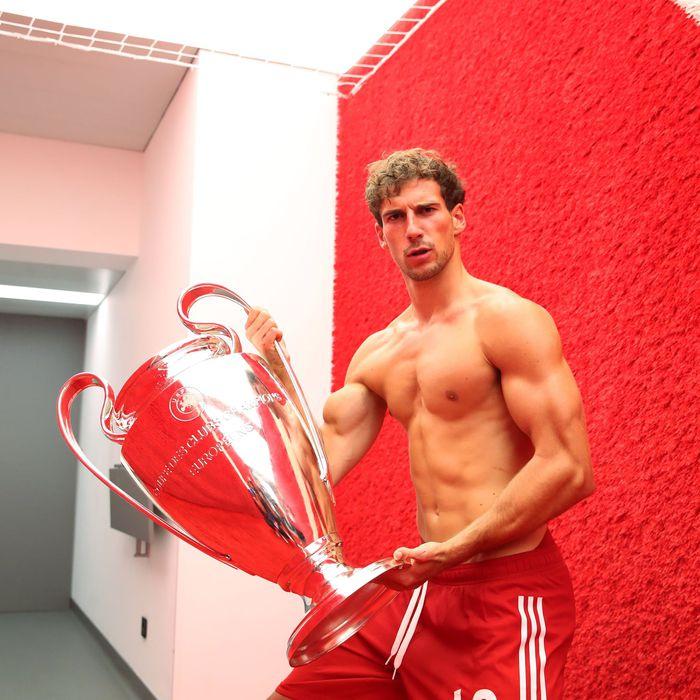 """Nhà vô địch châu Âu gây chú ý với màn lột xác từ cầu thủ gầy gò thành """"lực sĩ"""" cơ bắp cuồn cuộn - Ảnh 1."""