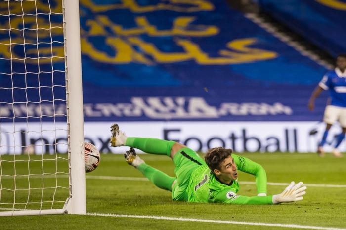 Kepa đã để thủng lưới tới 19 bàn từ ngoài vòng cấm tại Premier League, nhiều hơn bất kỳ thủ môn nào khác (Ảnh: Rex Features).