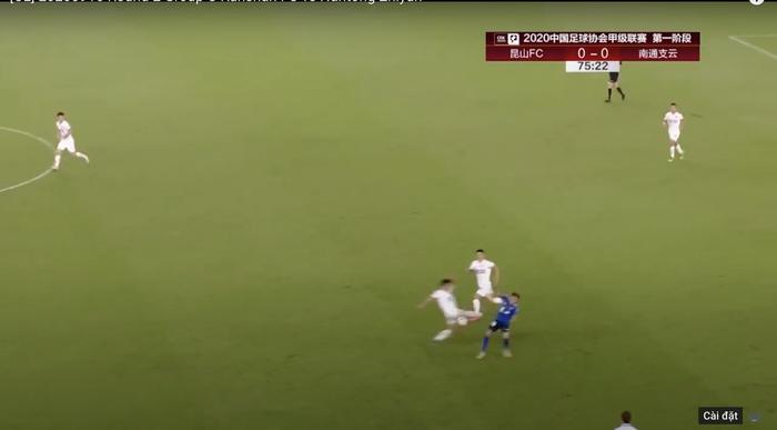 Cầu thủ Trung Quốc tung cước trúng eo khiến đối thủ giãy dụa nằm sân - Ảnh 1.