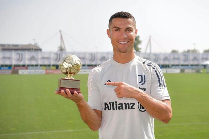 Ronaldo nhận giải thưởng cao quý, khẳng định mình vẫn là chân sút số 1 - Ảnh 1.