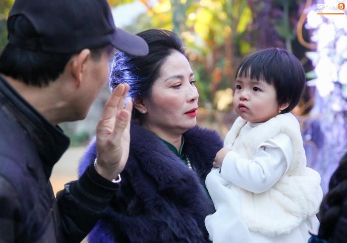 Con gái Bùi Tiến Dũng hờn dỗi bố mẹ, biểu cảm đáng yêu khi chụp ảnh - Ảnh 3.