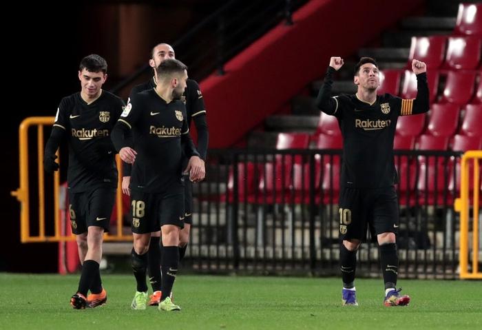 Thấy bố sút phạt quái ghi bàn, hai cậu con trai nhà Messi nhảy cẫng ăn mừng đáng yêu hết nấc - Ảnh 7.