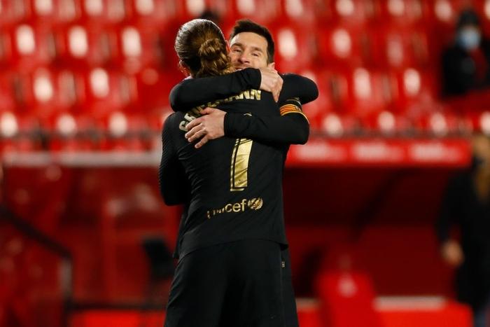 Thấy bố sút phạt quái ghi bàn, hai cậu con trai nhà Messi nhảy cẫng ăn mừng đáng yêu hết nấc - Ảnh 1.