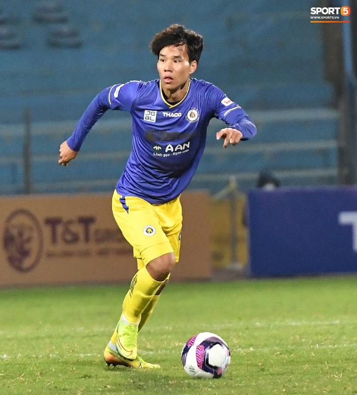 """Cầu thủ Hà Nội FC chơi """"đuổi bắt"""" hài hước với Nguyên Mạnh để... câu giờ - Ảnh 4."""