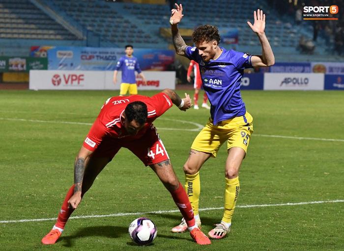 """Cầu thủ Hà Nội FC chơi """"đuổi bắt"""" hài hước với Nguyên Mạnh để... câu giờ - Ảnh 1."""