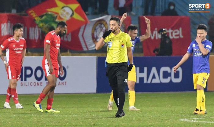 """Cầu thủ Hà Nội FC chơi """"đuổi bắt"""" hài hước với Nguyên Mạnh để... câu giờ - Ảnh 8."""