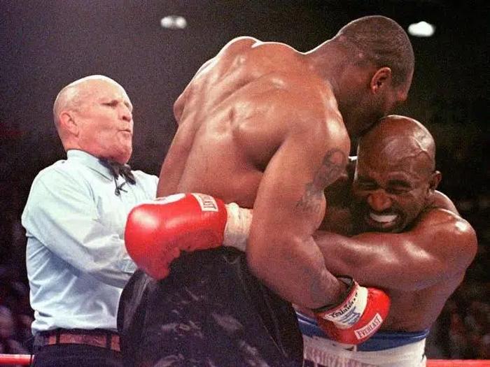 Evander Holyfield xác nhận đang tiến hành đàm phán thượng đài cùng Mike Tyson, trị giá trận đấu lến tới 200 triệu USD - Ảnh 1.