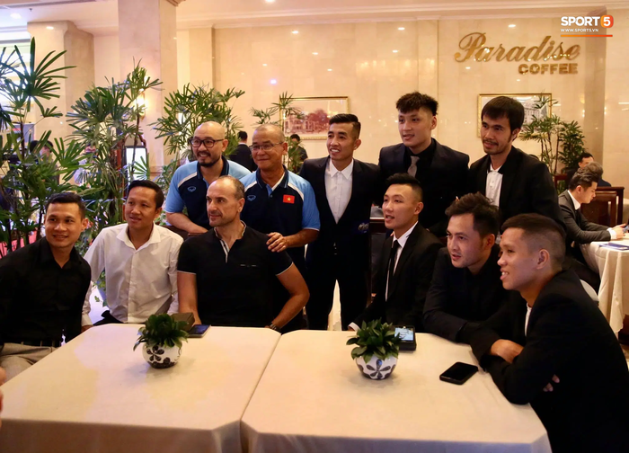 Dàn tuyển thủ diện suit bảnh bao tới dự lễ trao giải Quả Bóng Vàng 2020 - Ảnh 8.