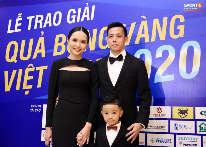 Dàn tuyển thủ diện suit bảnh bao tới dự lễ trao giải Quả Bóng Vàng 2020 - Ảnh 1.