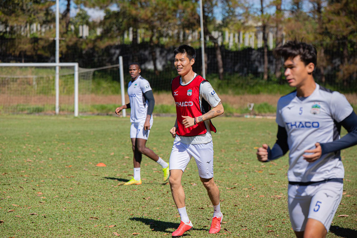 Cầu thủ Hàn Quốc Kim Dong Su hội quân cùng HAGL và ra mắt HLV trưởng Kiatisak - Ảnh 4.