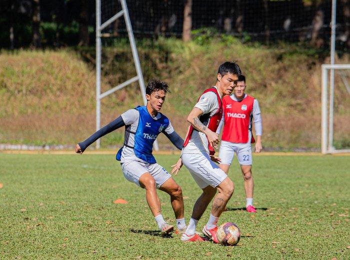 Cầu thủ Hàn Quốc Kim Dong Su hội quân cùng HAGL và ra mắt HLV trưởng Kiatisak - Ảnh 3.