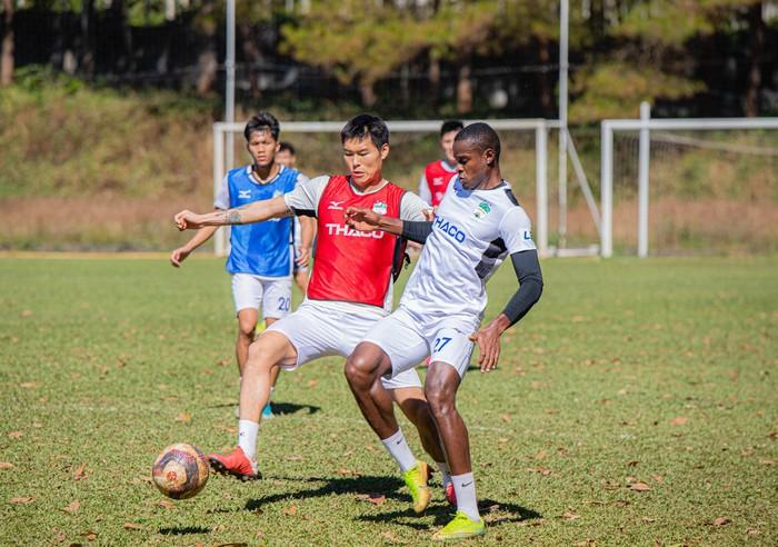 Cầu thủ Hàn Quốc Kim Dong Su hội quân cùng HAGL và ra mắt HLV trưởng Kiatisak - Ảnh 7.