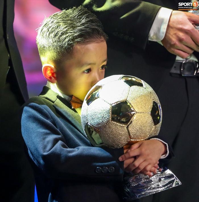 Con trai Văn Quyết ôm khư khư Quả bóng vàng, hành động đáng yêu trên sân khấu khiến khán giả cười vang - Ảnh 4.
