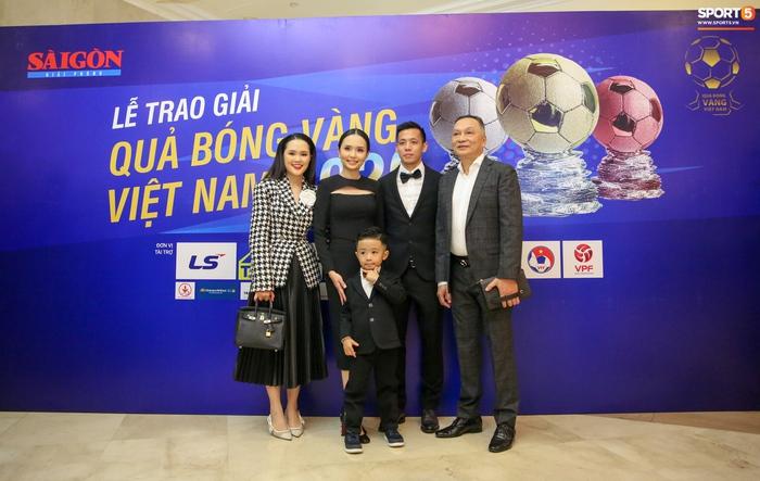Con trai Văn Quyết ôm khư khư Quả bóng vàng, hành động đáng yêu trên sân khấu khiến khán giả cười vang - Ảnh 6.