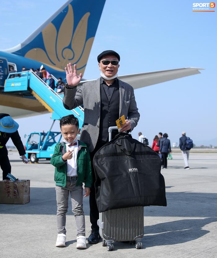 Con trai Văn Quyết ôm khư khư Quả bóng vàng, hành động đáng yêu trên sân khấu khiến khán giả cười vang - Ảnh 5.