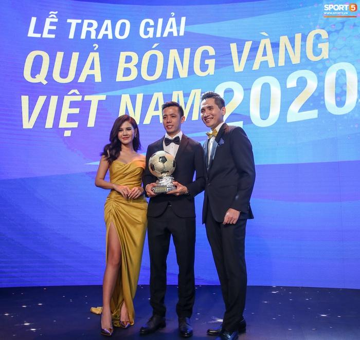 BTV Quốc Khánh đá cặp ăn ý với Thu Hoài, chấm dứt thảm hoạ MC tại Quả bóng vàng Việt Nam - Ảnh 8.