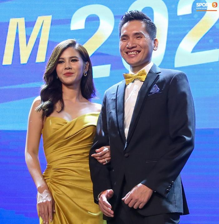 BTV Quốc Khánh đá cặp ăn ý với Thu Hoài, chấm dứt thảm hoạ MC tại Quả bóng vàng Việt Nam - Ảnh 7.