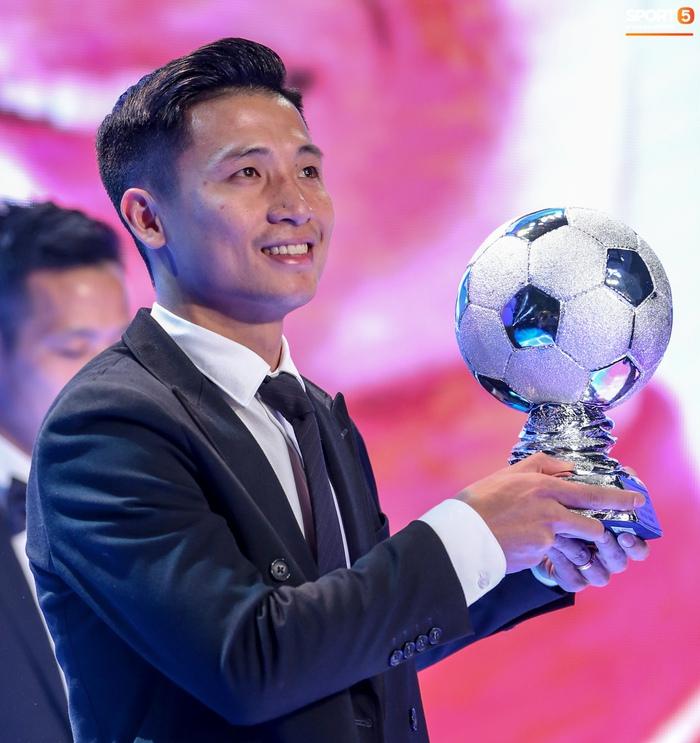 Con trai Văn Quyết ôm khư khư Quả bóng vàng, hành động đáng yêu trên sân khấu khiến khán giả cười vang - Ảnh 8.