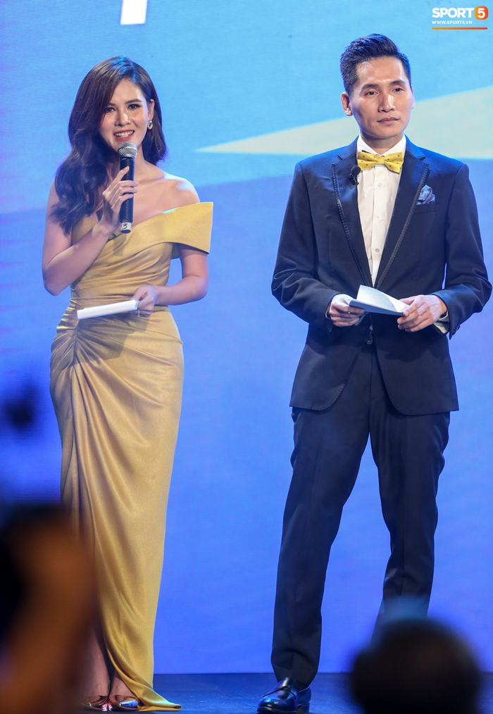 BTV Quốc Khánh đá cặp ăn ý với Thu Hoài, chấm dứt thảm hoạ MC tại Quả bóng vàng Việt Nam - Ảnh 2.