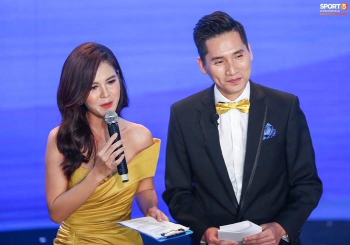 BTV Quốc Khánh đá cặp ăn ý với Thu Hoài, chấm dứt thảm hoạ MC tại Quả bóng vàng Việt Nam - Ảnh 1.