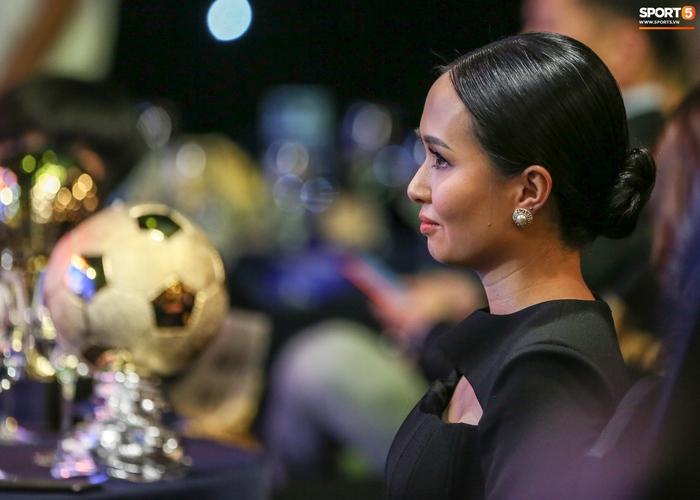 Vợ Văn Quyết rơi nước mắt vào thời khắc chồng được xướng tên ở Quả bóng vàng Việt Nam - Ảnh 7.