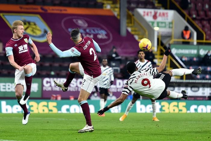 MU chính thức lên ĐỈNH Ngoại hạng Anh nhờ cú bắt volley đẳng cấp của Pogba - Ảnh 3.